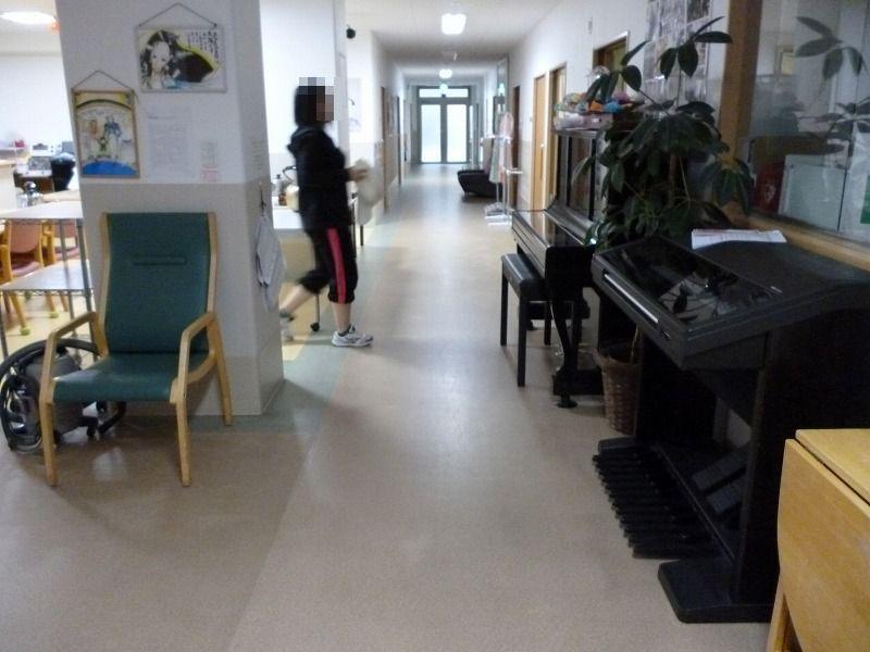 老人ホーム廊下通路